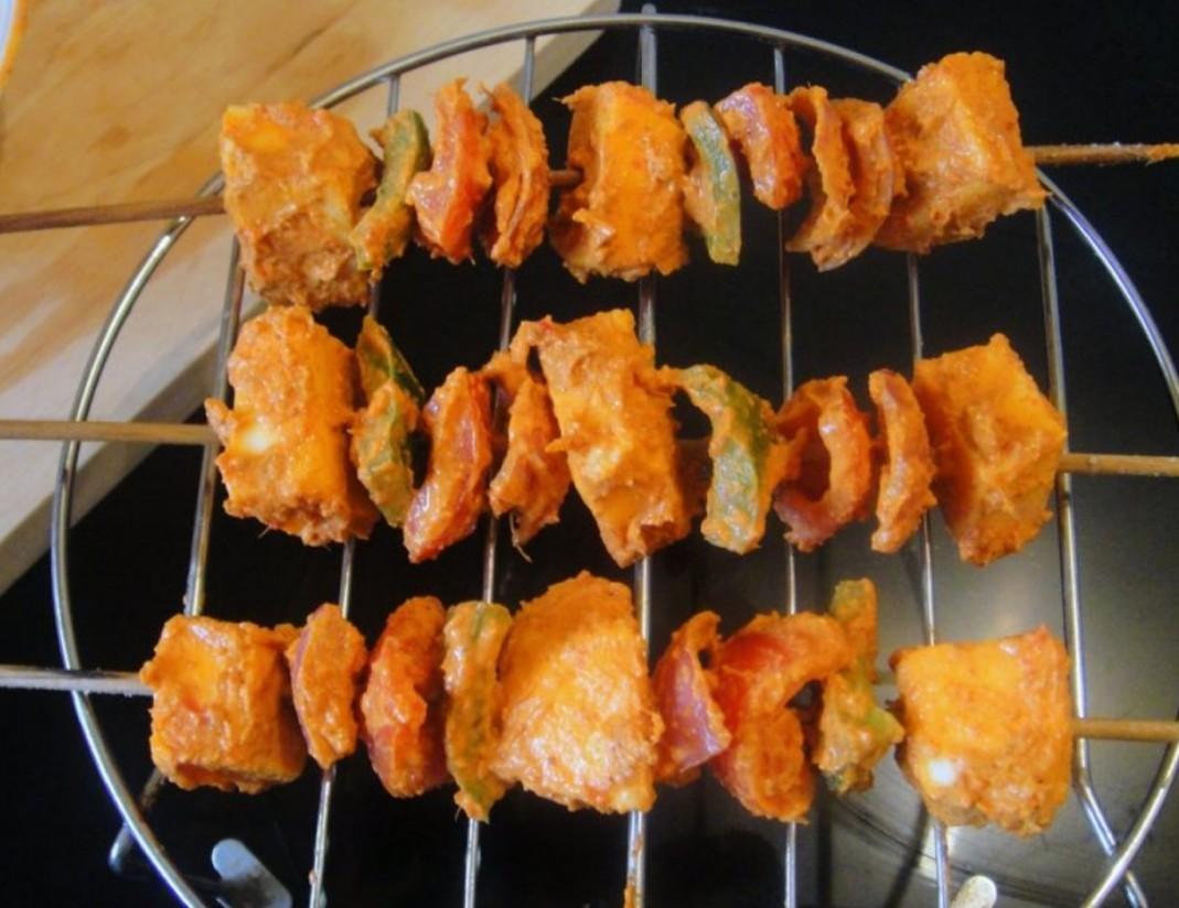 1. Этап. Насадите овощи и сыр на шпажки и запекайте шашлыки в духовке в течение 10 минут при температуре 200 градусов.