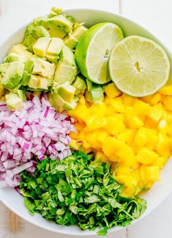 1. Етап. У середній мисці з'єднайте нарізані кубиками манго, авокадо, дрібно нарізану червону цибулю та нарізану кінзу.