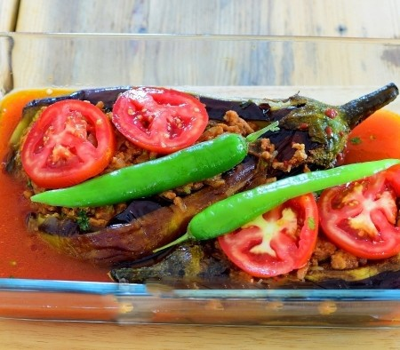 1. Stage. Put the sliced tomato and the hot pepper sliced along the eggplant. Dilute the remaining tomato paste with water and pour on the bottom of the mold. Bake in the oven at 180 degrees 25 minutes.