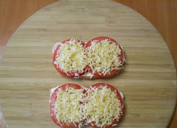 1. Stage. Put slices of tomatoes on bread and sprinkle with cheese.