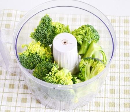 1. Этап. Брокколи разберите на соцветия, помойте и перемелите в блендере или пропустите через мясорубку.