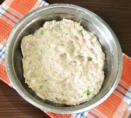 1. Этап. В фарш добавьте нарезанный лук и зелень, влейте ледяную воду и приправьте солью и перцем по вкусу. Хорошо перемешайте, масса должна получится однородной и гладкой.
