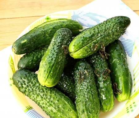 1. Stage. Chop the vegetable oil in a pan and add the hot pepper sliced in the rings, hold for a few seconds and immediately pour on the cucumbers.