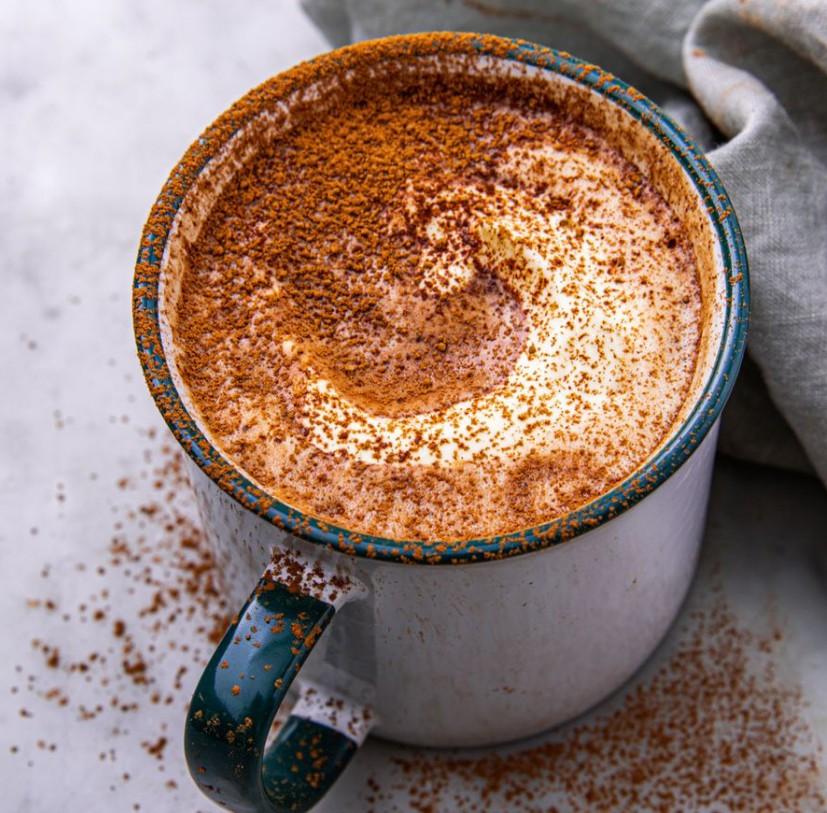 1. Этап. Добавьте ваниль, затем перелейте в кружку. Подавать со взбитыми сливками и посыпкой из какао.