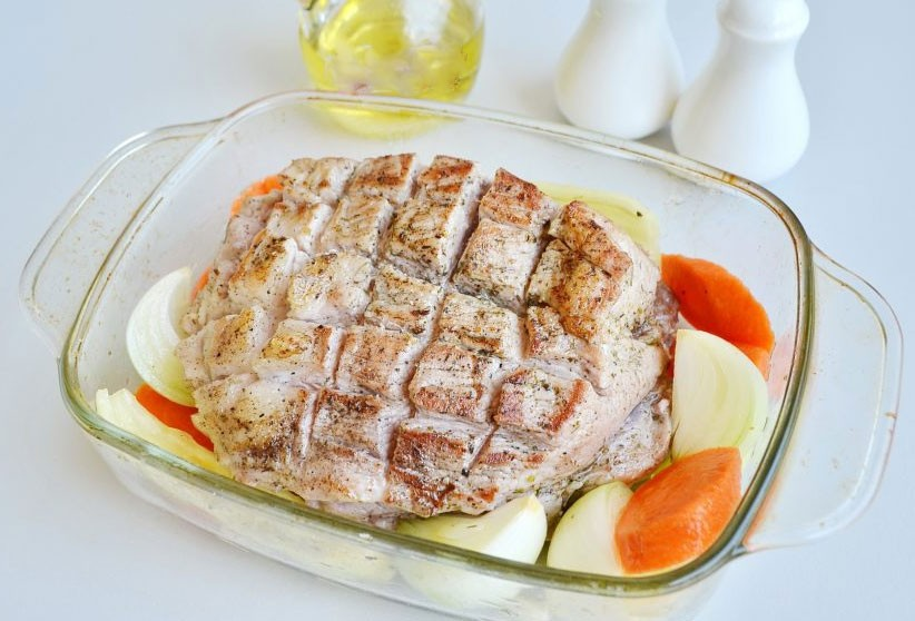 1. Stage. Put vegetables in a baking dish. Fry the meat in vegetable oil in a pan until golden brown and place on vegetables. Bake at 180 degrees for 20 minutes, then pour boiling water and bake for another 2 hours at 200 degrees.