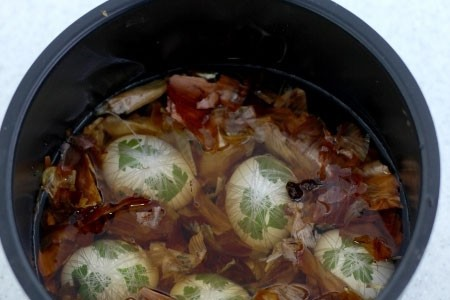 1. Stage. Rinse the husk, the more you take the saturated color will be. Place the husks and eggs in the pan, fill with water and cook after boiling for 10 minutes, then leave to cool in the pan.