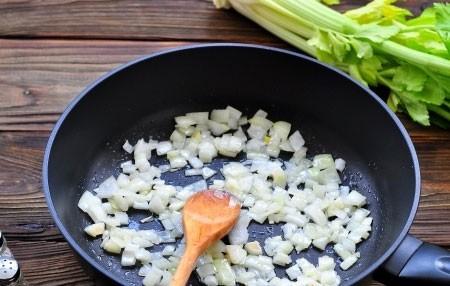 1. Этап. Лук очистите и нарежьте кубиками, обжарьте до мягкости на растительном масле.