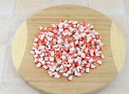 1. Этап. Крабовые палочки нарежьте кубиками.
