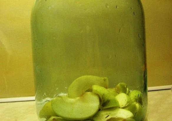 1. Этап. Яблоки переложите в банку и залейте водкой. Накройте плотно крышкой и настаивайте в темном месте 2 недели.