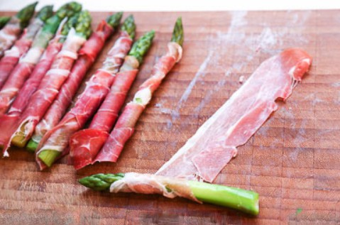 1. Stage. Prepare asparagus: Carefully wrap a piece of bacon around an asparagus spear in a spiral. Repeat until you have 16 bacon-wrapped asparagus spears. Season with pepper.