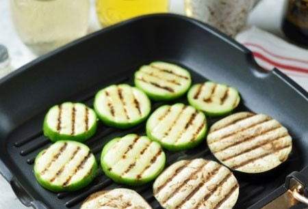 1. Stage. Wash the zucchini and eggplant and cut into circles. Fry the grill on a dry frying pan on both sides until golden. Vegetables should remain a little crunchy.