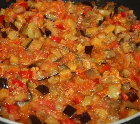 1. Этап. Выложите все в большую кастрюлю, добавьте нарезанные дольками помидоры, измельченный чеснок, соль, сахар, уксус и тушите на медленном огне 1,5 часа.