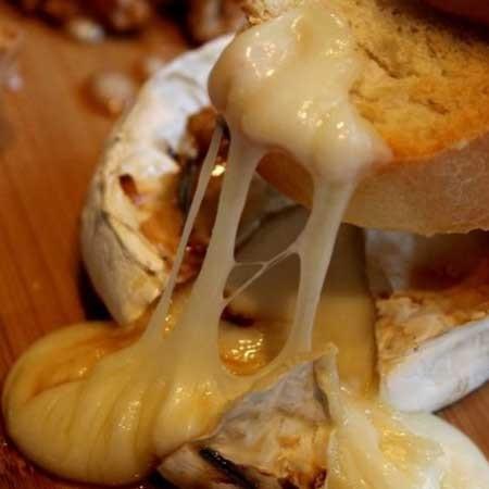 1. Этап. Сыр подавайте сразу же, просто мокайте его поджаренным багетом вместе с орехами.