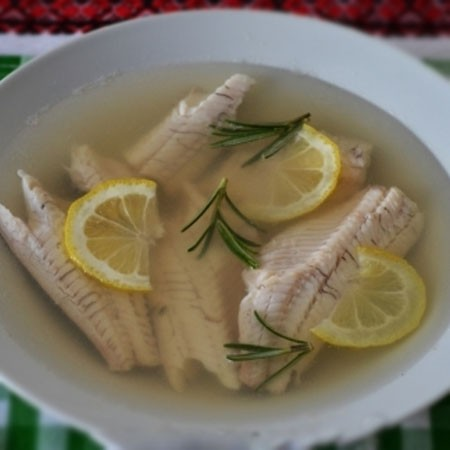 1. Этап. Рыбу выложите в тарелки, сверху красьте кружочками лимона и если хотите веточками зелени. Желатин смешайте с процеженным рыбным бульоном и залейте окуня. Поставьте в холодильник до полного застывания.