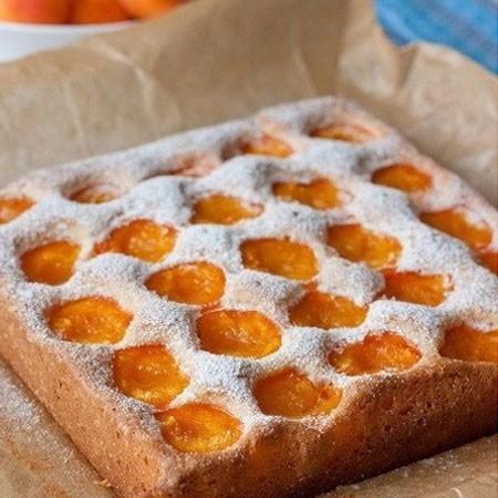 1. Этап. Выпекайте<strong> бисквитный абрикосовый пирог</strong> при 180 градусах примерно 40 минут, готовность проверяйте зубочисткой. Посыпьте сахарной пудрой.