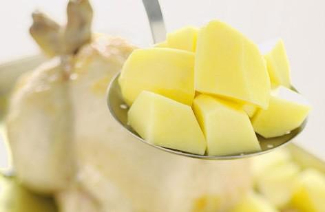 1. Этап. Картофель очистите и нарежьте на небольшие кубики. Посолите, поперчите и влейте масло, хорошо перемешайте и выложите картофель вместе с курицей на противень.