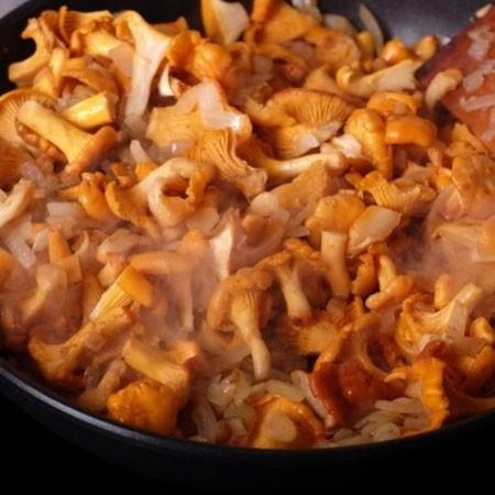 1. Этап. Лисички промойте, если есть крупные разрежьте, добавьте в сковороду к луку. Посолите и поперчите по вкусу, готовьте пака не испарится вся жидкость которая выделилась из грибов.
