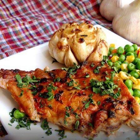 1. Этап. Чеснок можете подавать к мясу в целом виде, или же достаньте его из оболочки и разотрите вместе с соусом из под мяса и подавайте к ребрышкам.