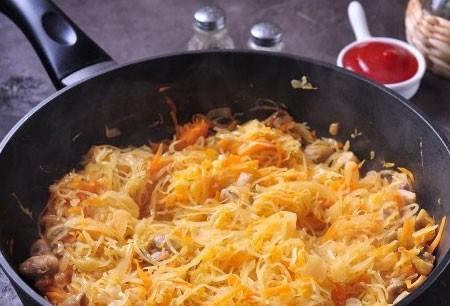 1. Этап. Затем добавьте в сковороду капусту, тушите капусту 15 минут, если необходимо добавьте в процессе немного воды.