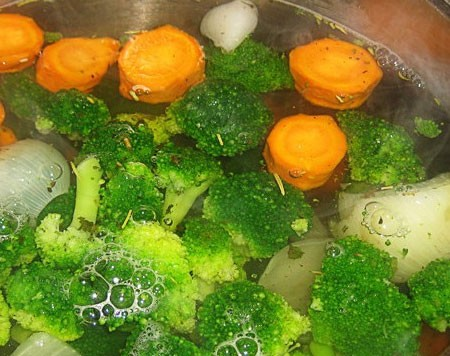 1. Stage. Coarsely chop the carrots and onions, fill with water so that it covers vegetables a few centimeters. When the water begins to boil, add broccoli sorted into inflorescences. Cook for about 15 minutes or until vegetables are tender.