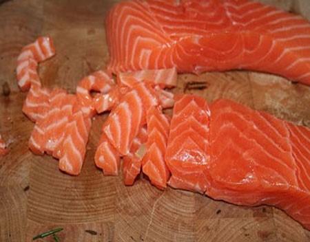 1. Этап. Рыбу нарежьте кусочками.