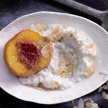 1. Этап. Выложите на тарелки, положите по кусочку персика и посыпьте миндалем. Подавайте теплым.