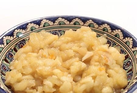 1. Этап. Обжарьте яблоки на сливочном масле с добавлением сахара до мягкости. Такая начинка должна получится в результате.