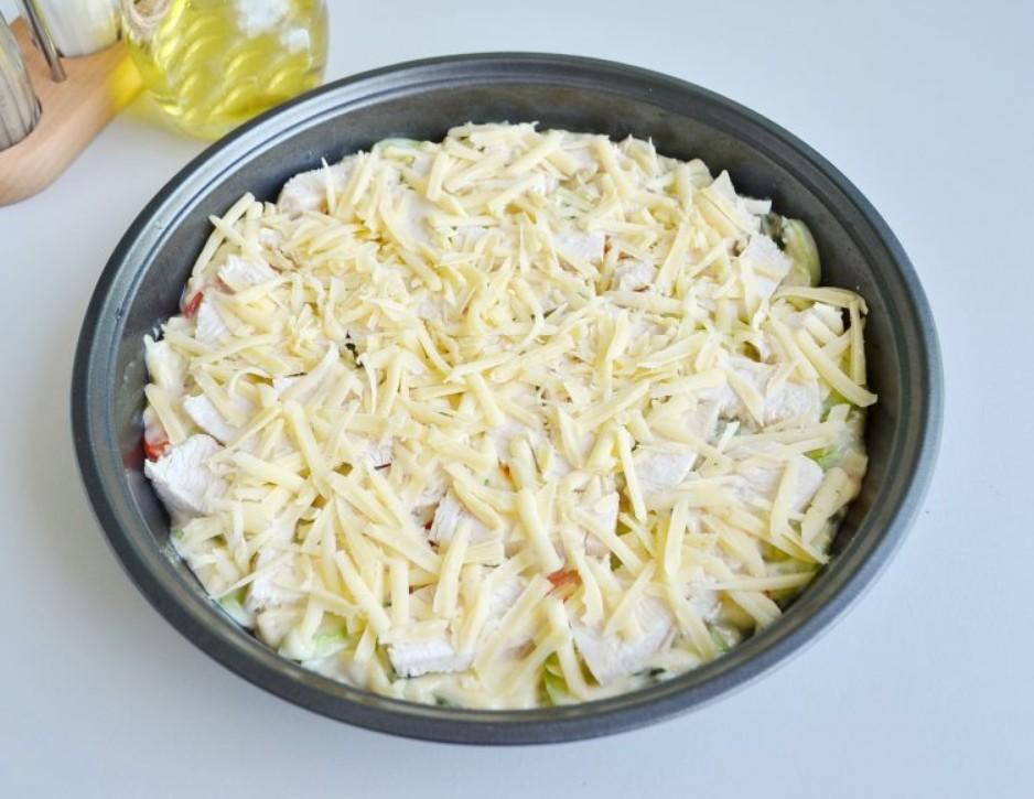 1. Этап. Сверху на овощи разложите филе и посыпьте оставшимся сыром.