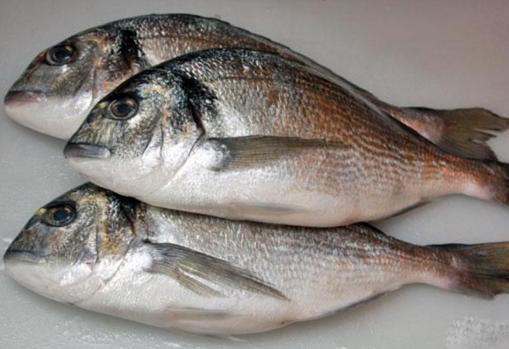 1. Stage. Clean, gut and rinse the fish well. Rub salt with pepper outside and inside.