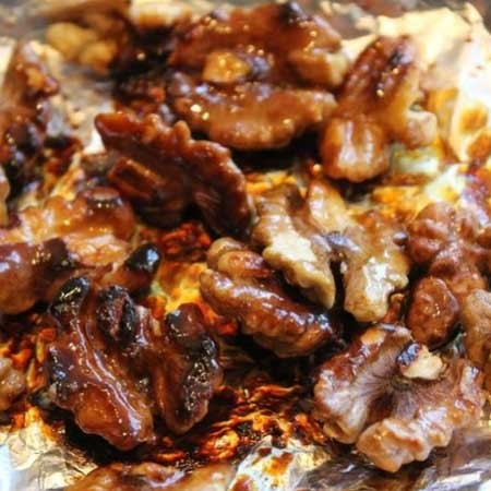 1. Этап. На фольгу выложите орехи и мед, переложите на гриль и зарумяньте с обеих сторон. Переложите орехи на смазанную маслом тарелку что бы они не склеились между собой.