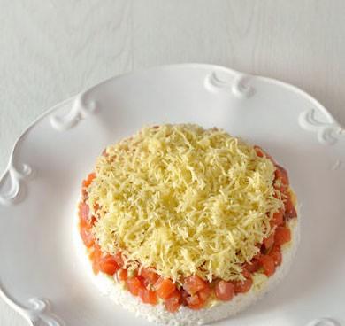1. Этап. Посыпьте семгу сыром и немного смажьте майонезом.