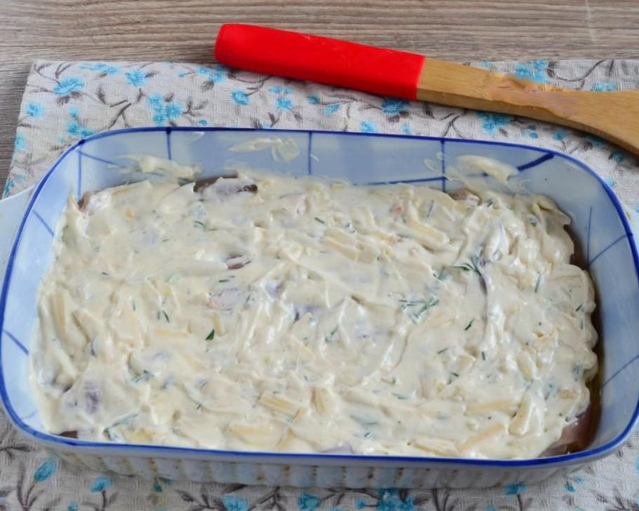 1. Этап. Половину мяса выложите на дно формы для запекания, немного посолите и покройте половиной приготовленного соуса.