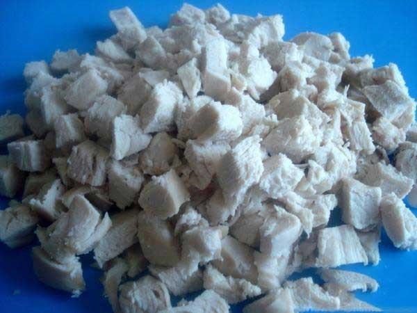 1. Этап. Куриное филе отварить в течение 20 минут с момента закипания. Остудить и нарезать кубиками.