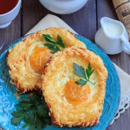 1. Этап. Запекайте гренки в духовке при 180 градусах 10 минут что бы сыр подрумянился. Если Вы любите жидкий желток тогда нужно немного изменить последовательность приготовления. Гренки посыпьте сыром и запекайте 5 минут, затем добавьте яйца и готовьте до желаемого желтка примерно 3-5 минут. Подавайте теплыми.