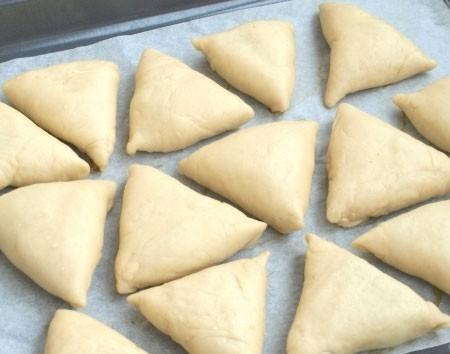 1. Этап. Пирожки выложите на протвинь застеленный пергаментом швом вниз, накройте полотенцем и поставьте в теплое место на пол часа.
