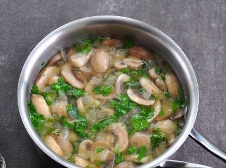 1. Этап. Пересыпьте овощи в кастрюлю, посолите и поперчите по вкусу. Хорошо перемешайте и добавьте рубленную зелень.
