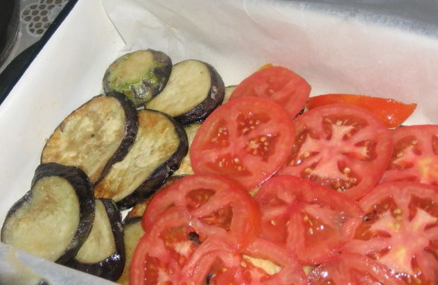1. Stage. Transfer eggplant to the bottom of the mold, tomatoes on them.