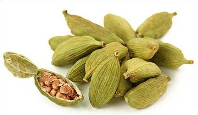 1. Этап. Аккуратно раздавите стручки кардамона, чтобы достать семена. В небольшую кастрюльку вылейте кипяток и выложите семена кардамона.<strong> </strong>Варить пока не почувствуете запах кардамона.