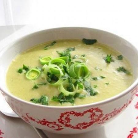 1. Этап. Переложите все в чашу блендера и перебейте в пюре, также можете использовать погружный блендер. Верните суп в кастрюлю, влейте сливки и прогрейте несколько минут. Подавайте с сухариками.