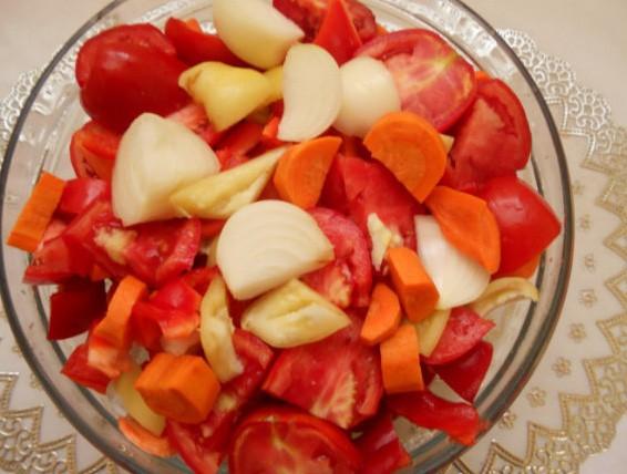 1. Этап. Все овощи очистите и нарежьте на кусочки. Затем овощи пропустите через мясорубку с мелким сытом.