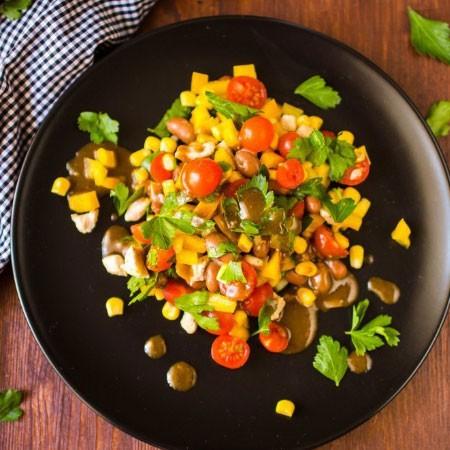 1. Этап. Заправьте салат соусом и подавайте.