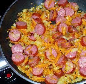 1. Этап. Нарезать колечками колбаску обжарить с нарезаной соломкой морковью и луком, добавить томатную пасту, затем все смешать с картофелем.