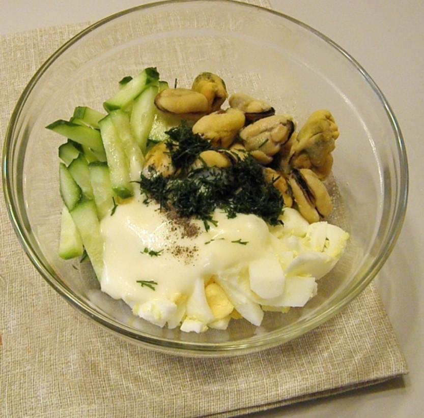 1. Этап. Смешайте яйцо, огурец, мидии, мелко нарезанный укроп. Посолите, поперчите по вкусу и заправьте майонезом. Мидии можно брать просто отварные или маринованные.