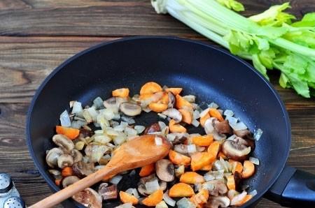 1. Этап. Затем добавьте к луку нарезанные шампиньоны и нарезанную кубиками морковь. Обжарьте все в течении 5 минут.
