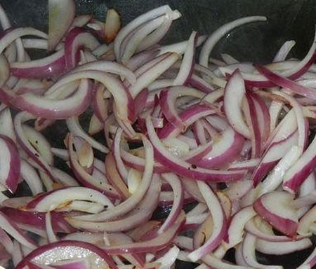 1. Stage. Chop the onions in half rings, chop the garlic. Sauté the onion in olive oil until transparent, add the garlic at the end.