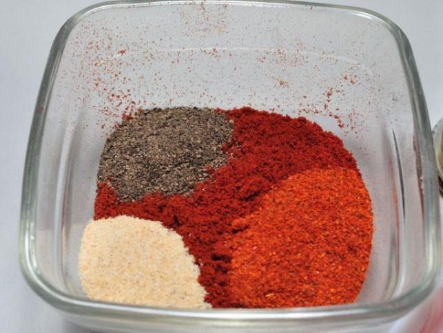 1. Этап. Все специи смешайте вместе с солью.