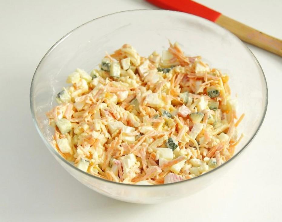 1. Этап. В салат добавьте чеснок пропущенный через пресс, посолите, добавьте майонез. Хорошо перемешайте и подавайте.