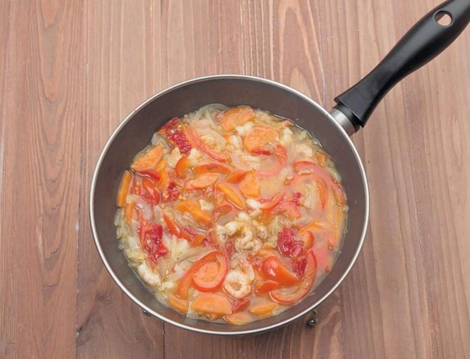 1. Этап. В сковороду добавьте протертые на терке помидоры предварительно очищенные от шкурки. Тушите 5 минут, в конце добавьте чеснок.