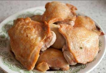 1. Stage. Chicken cut into portions. Salt and pepper the meat. Fry in vegetable oil from all sides until golden brown, about 15 minutes. We shift to a plate.