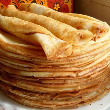 1. Этап. Перед выпеканием первого блина смажьте сковороду немного растительным маслом, жарьте блинчики с обеих сторон до золотистого цвета. Для выпекания последующих блинов сковороду смазывать не нужно.